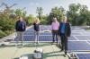 Vier Personen auf dem Dach des Kurmittelhauses präsentieren die neue Photovoltaikanlage