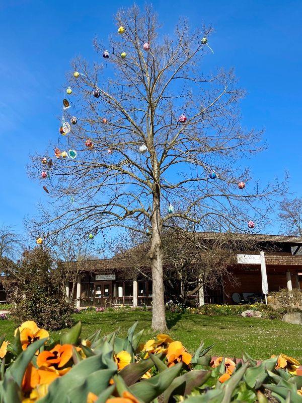 Baum mit Ostereiern