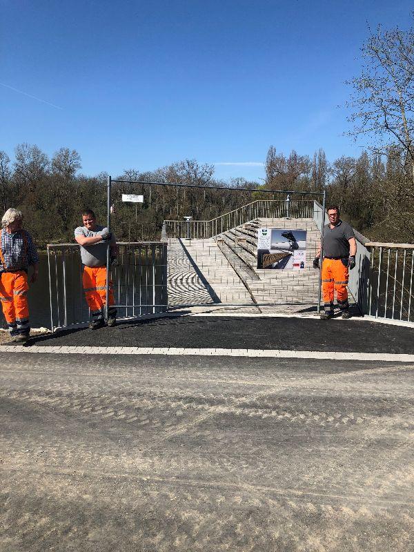 Bauhofteam räumt Absperrung zum neuen Rheinsteg frei